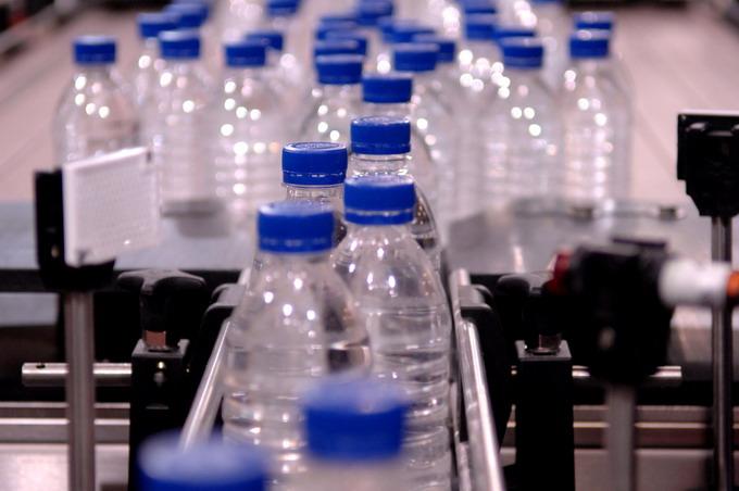 Bottiglie per l'acqua in R-PET: il decreto è operativo  Packagingspace.net - Il portale del ...